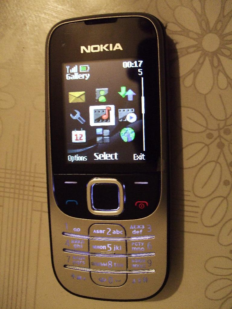 Nokia 2330 Classic phone - main menu.